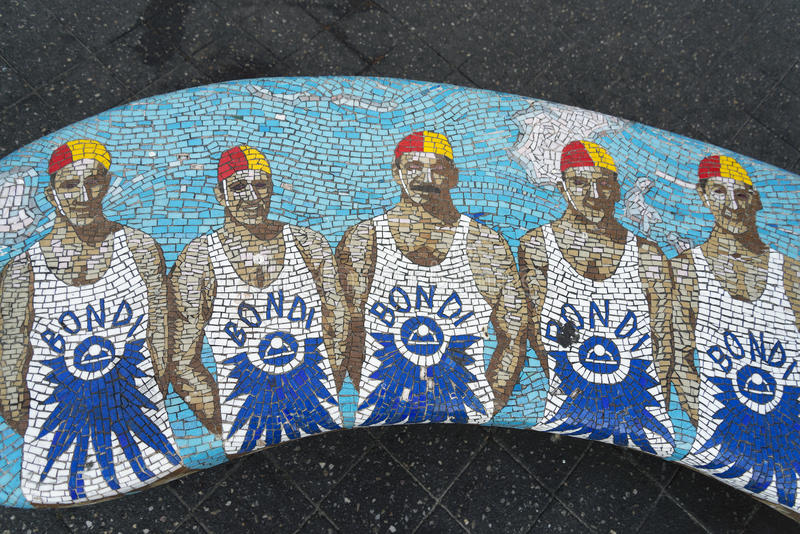 Banc de mosaïque de maître nageurs dans l'Australie de Sydney de plage de bondi photographie stock