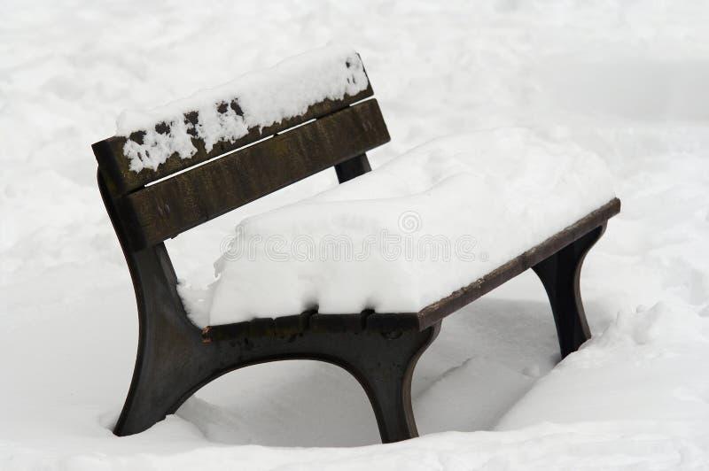 Banc de stationnement en hiver photos libres de droits