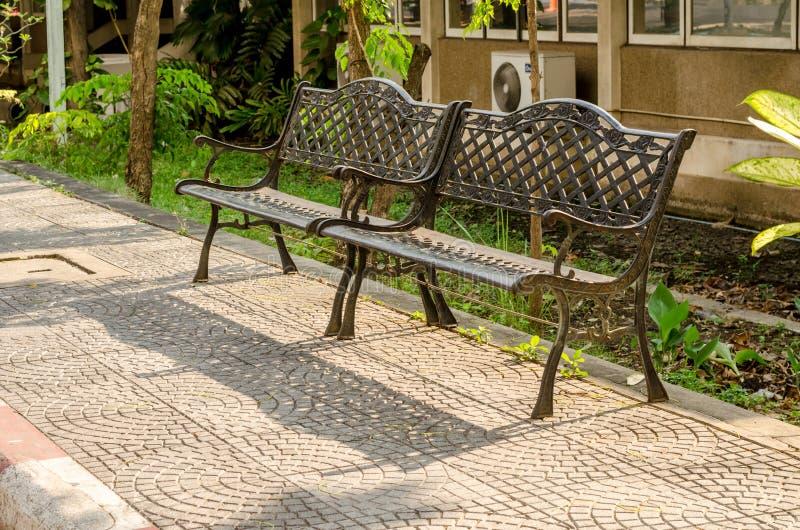 banc en acier de vieilles chaises dans le jardin image stock image du ext rieur midi 51169855. Black Bedroom Furniture Sets. Home Design Ideas