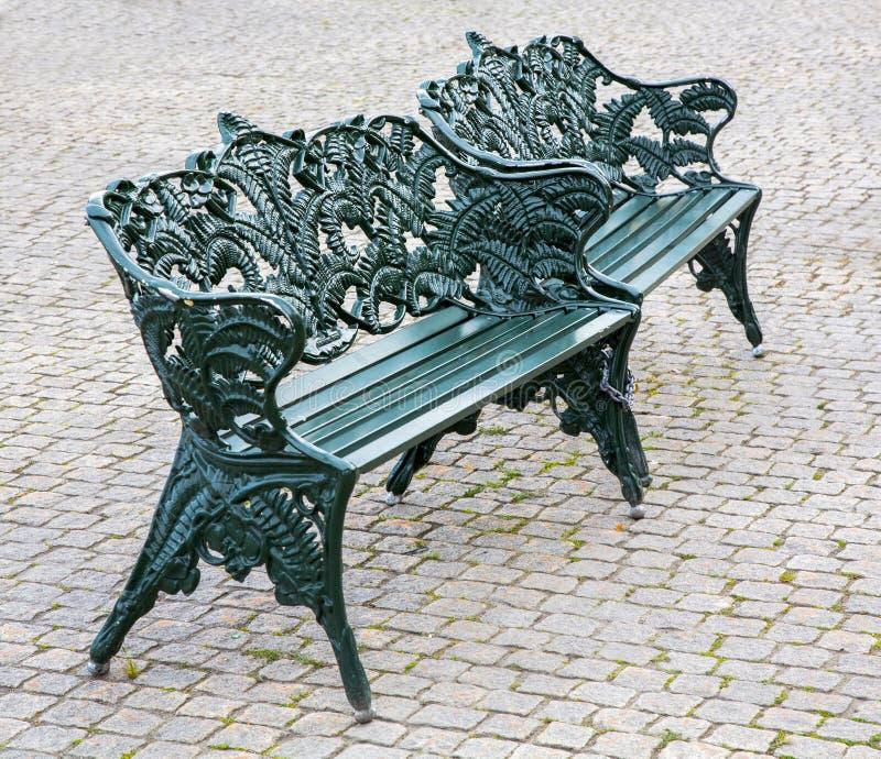 Banc en acier vert dans le banc en acier de vert de parc en parc photographie stock