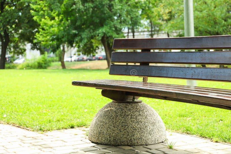 Banc en beau parc vert d'été images stock
