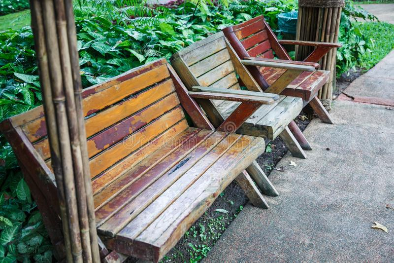 Banc en bois et chaises aménagés en parc architecturaux de conception pour se trouver votre jardin d'agrément proche arrière d'he image stock