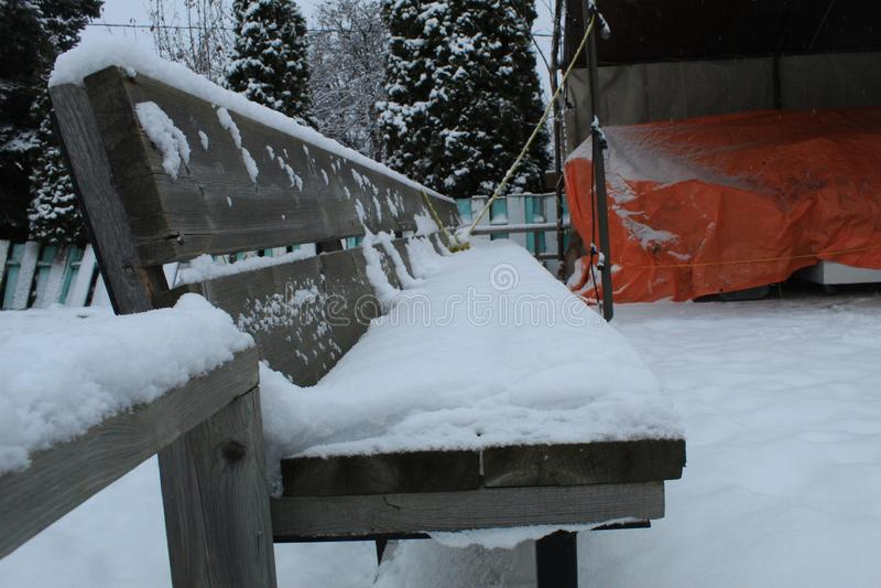 Banc en bois en hiver image libre de droits