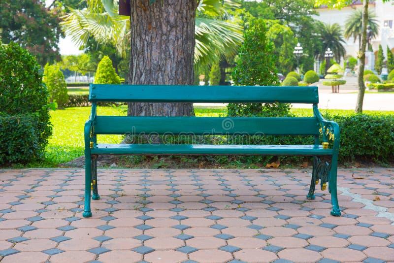 Banc en bois en parc images stock