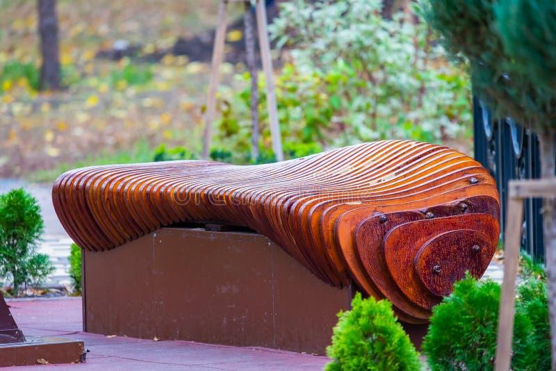Banc en bois en parc de ville photo stock