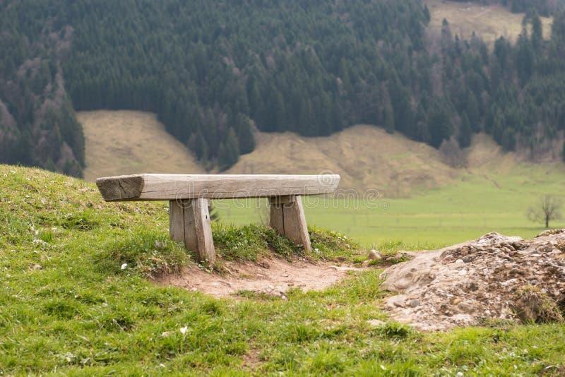 Banc en bois sur la montagne de Rigi, Suisse Vieux banc en bois en nature Endroit extérieur au repos images libres de droits