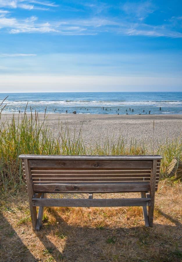 Banc en bois sur la plage photos libres de droits
