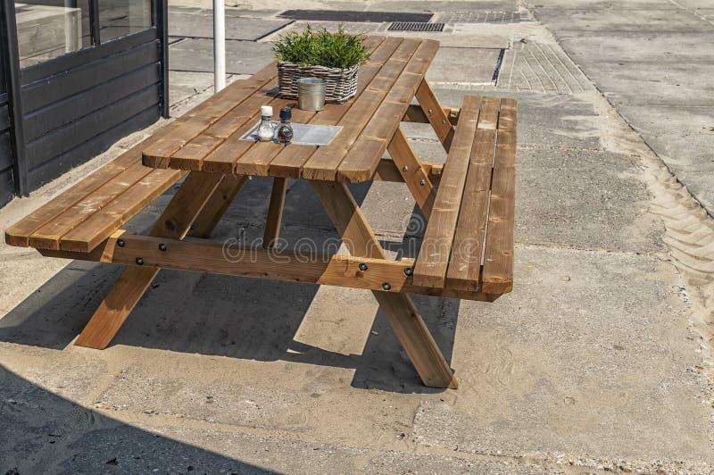 Banc en bois sur un plancher en béton photos libres de droits