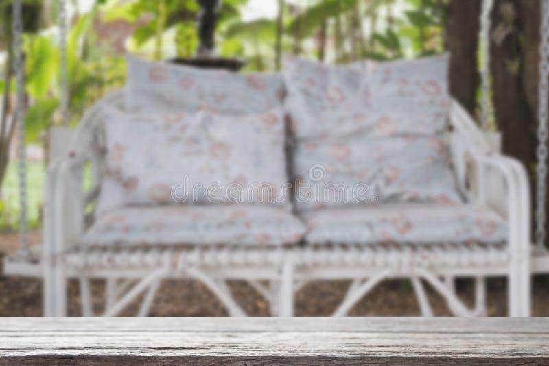 banc en osier d'oscillation de rotin blanc avec le coussin et l'oreiller bleus dedans photographie stock libre de droits