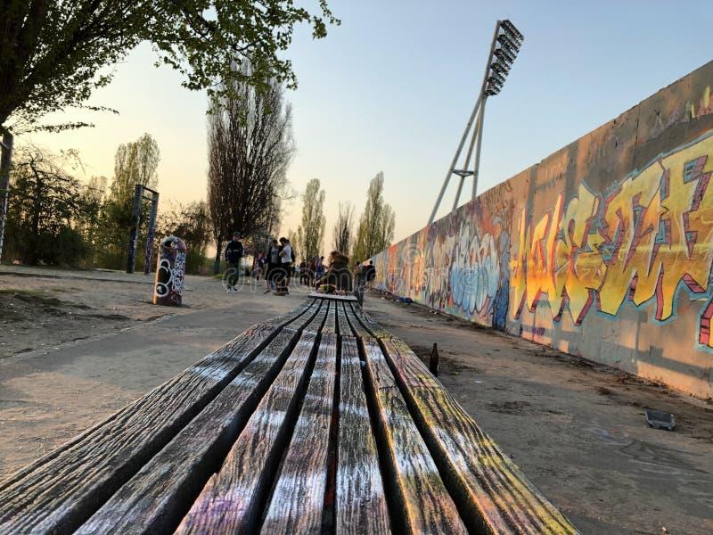 Banc en parc au mur de graffiti chez Mauerpark à Berlin, Allemagne photo libre de droits