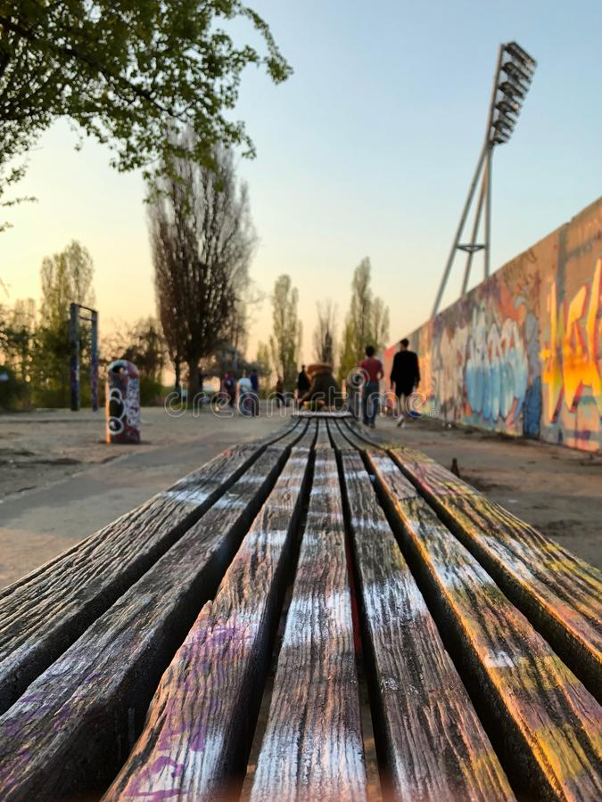 Banc en parc au mur de graffiti chez Mauerpark ? Berlin, Allemagne photographie stock