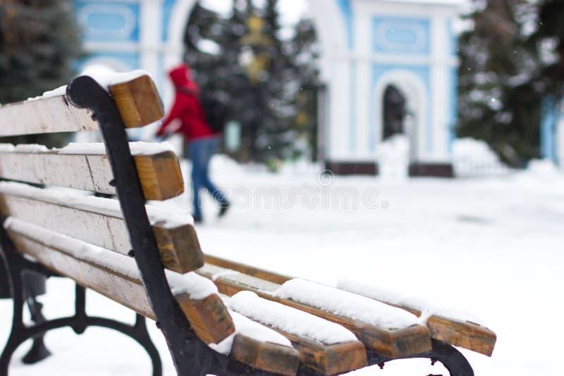 Banc en parc en hiver photos libres de droits
