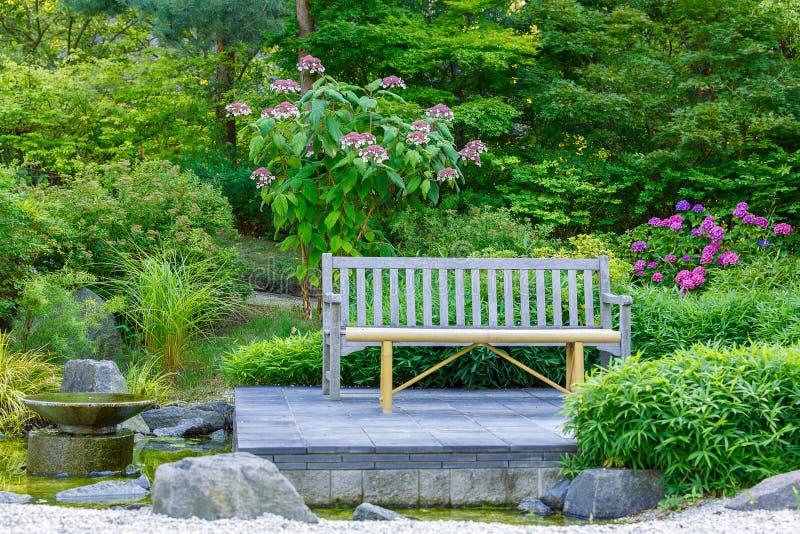 Banc et fleurs en parc photos libres de droits