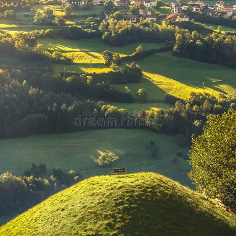 Banc panoramique sur le paysage de détente supérieur de montagne photos stock