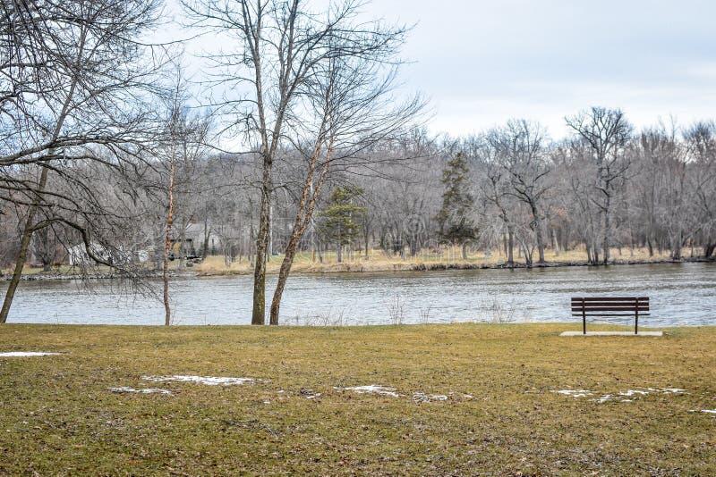 Banc par la rivière de roche - parc de rive - Janesville, WI photographie stock libre de droits