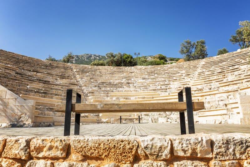 Banc pour des touristes dans l'amphithéâtre, plan rapproché L'espace pour le texte image libre de droits
