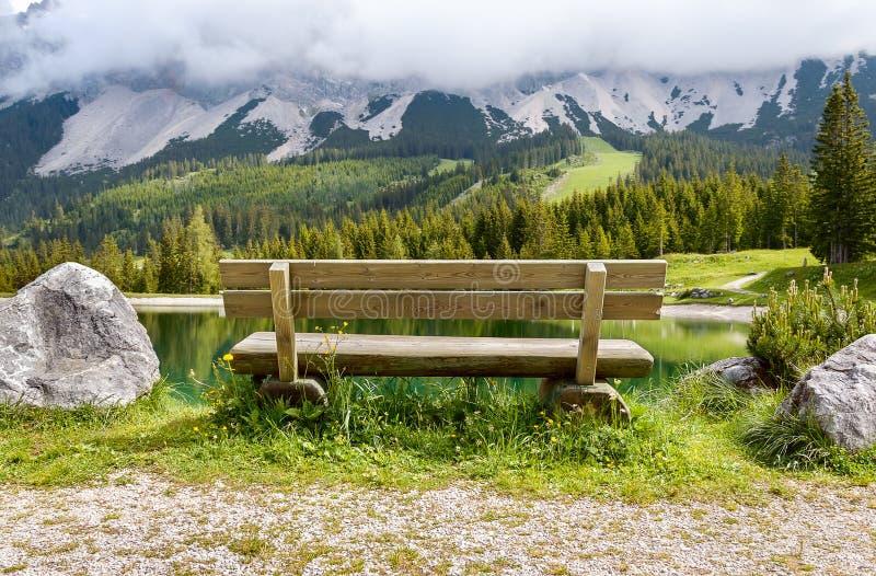 Banc près de lac Almsee dans les montagnes d'Alpes - Tyrol, Autriche image stock