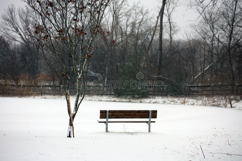 Banc sous la neige dans triste isolé d'hiver froid du Michigan photo stock