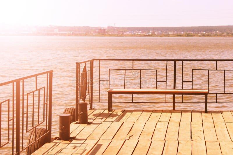 Banc sur le pilier, station de bateau, bel endroit photo libre de droits