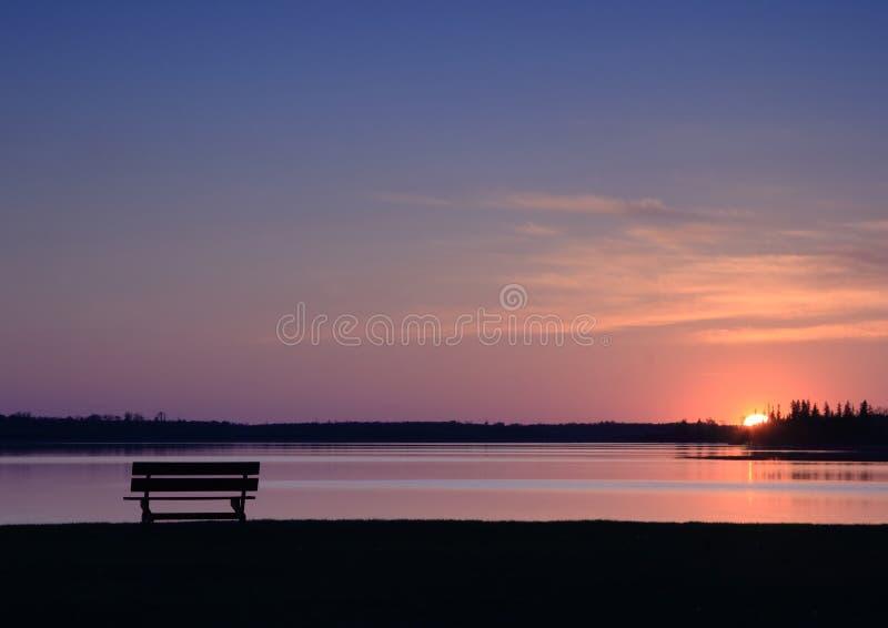 Banc vide au coucher du soleil images stock