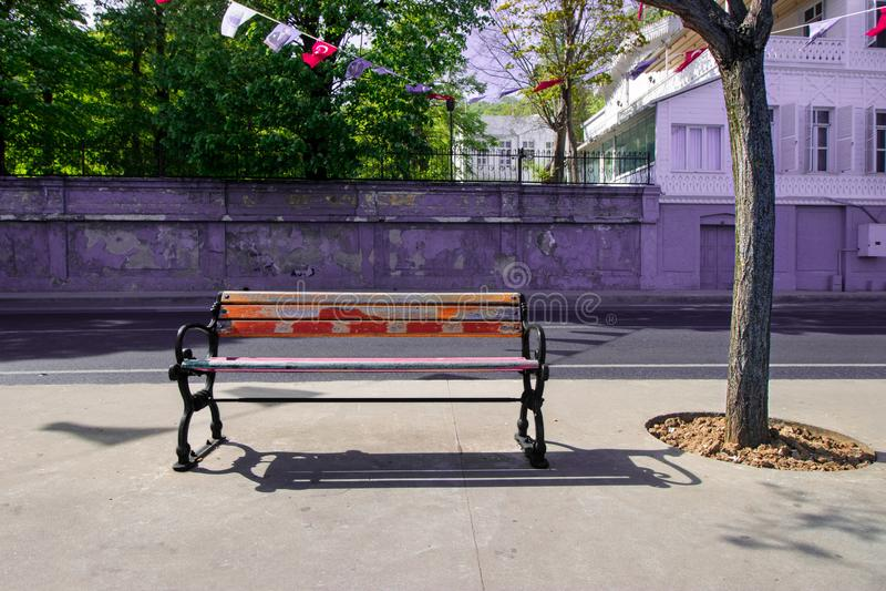 Banc vide, banc en bois, printemps pour la Turquie, jour lumineux photographie stock libre de droits