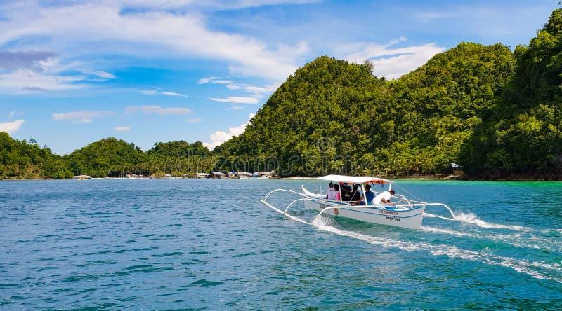 banca小船把游人带到Sugba盐水湖,锡亚高岛,米沙鄢群岛,菲律宾 库存图片