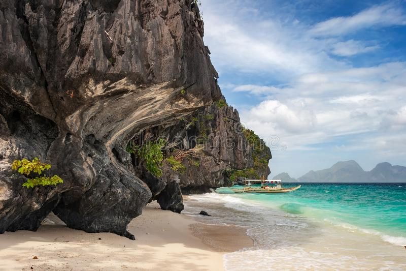 Banca-Boot auf dem Strand von Entalula-Insel in EL-nido Region von Palawan in den Philippinen stockfotografie