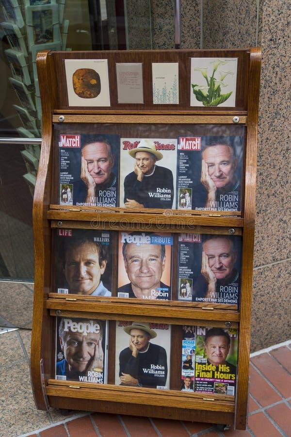 Banca com os compartimentos com Robin Williams na capa logo após sua morte, na rua de San Francisco imagem de stock