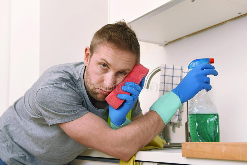 Banca da cozinha home frustrante triste nova da lavagem e da limpeza do homem imagens de stock
