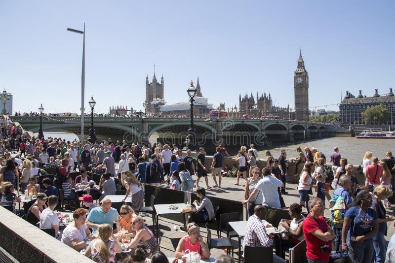 Banca del sud molto occupata di Londra con il Big Ben e il westminsterbridge i immagini stock