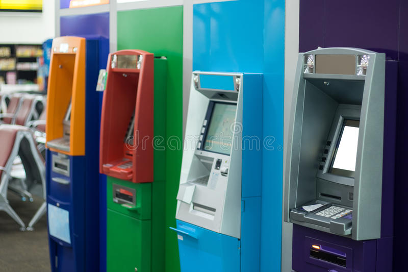 Banca della macchina di BANCOMAT per tiraggio i vostri soldi fotografie stock