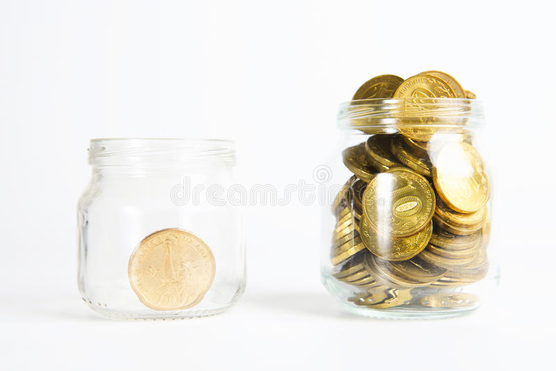 Banca di vetro per le punte con soldi isolati su bianco fotografia stock