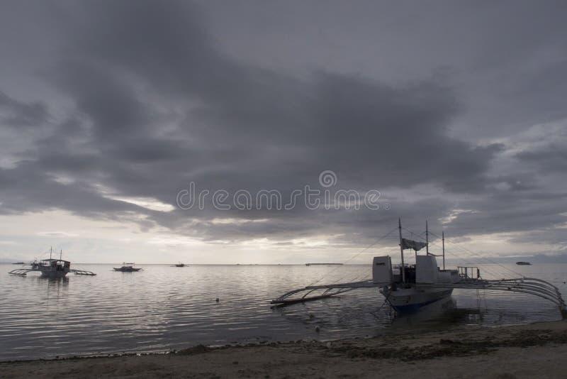 Banca fartyg under att hota stormiga himlar, Panglao ö, Bohol, Filippinerna arkivbilder