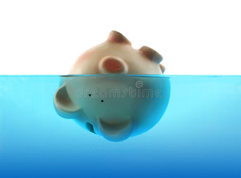 Banca Piggy che affonda in acqua immagini stock
