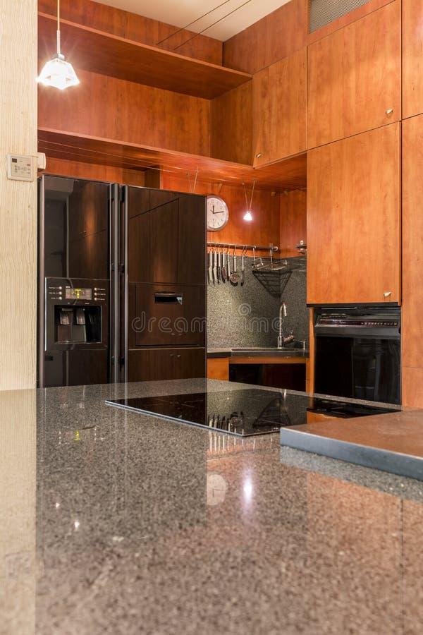 Bancada de mármore na cozinha de madeira fotografia de stock