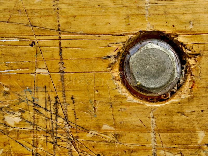 A bancada de madeira envelheceu a superfície com parafuso imagens de stock royalty free