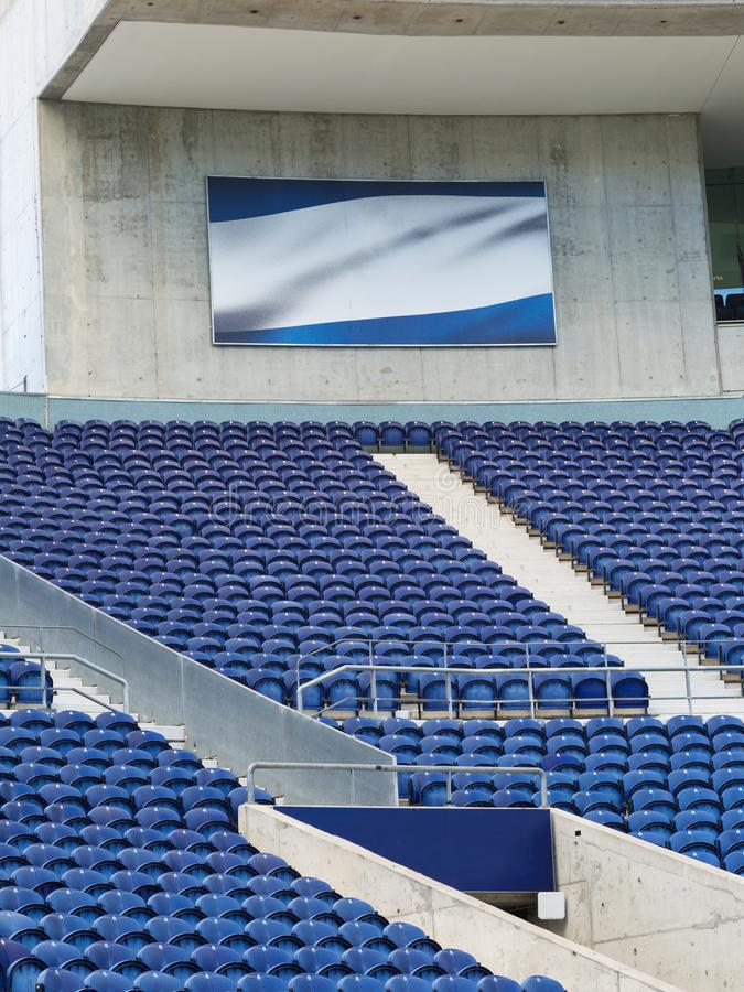Bancada do estádio: Assento vazio azul dentro do estádio para eventos de esportes fotografia de stock royalty free