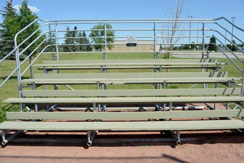 Bancada no campo do basefield em um parque de comunidade local imagem de stock royalty free