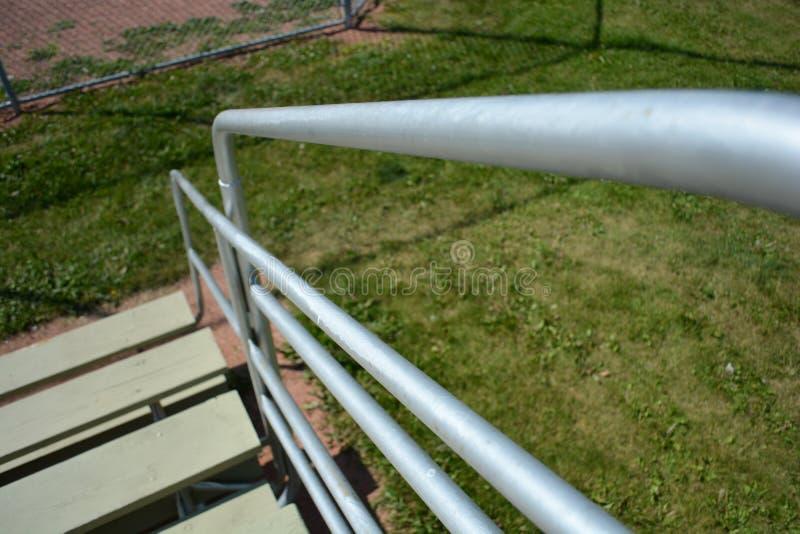 Bancada no campo do basefield em um parque de comunidade local fotos de stock