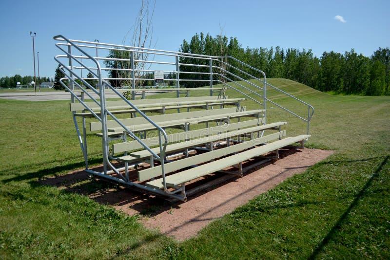 Bancada no campo do basefield em um parque de comunidade local fotografia de stock royalty free