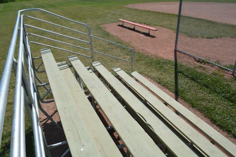 Bancada no campo do basefield em um parque de comunidade local imagens de stock royalty free