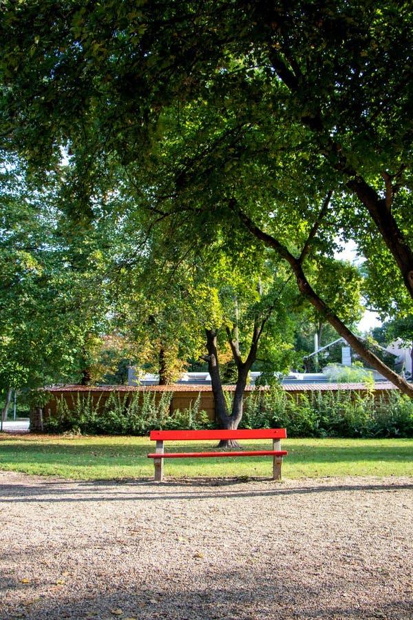 Bancada vermelha no parque imagem de stock