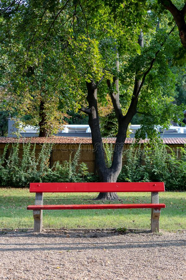 Bancada vermelha no parque fotos de stock royalty free