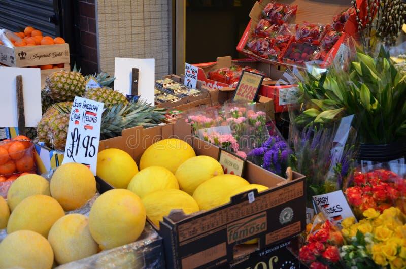bancarella di frutta e verdura sulla strada principale in cima alla muffa immagini stock libere da diritti