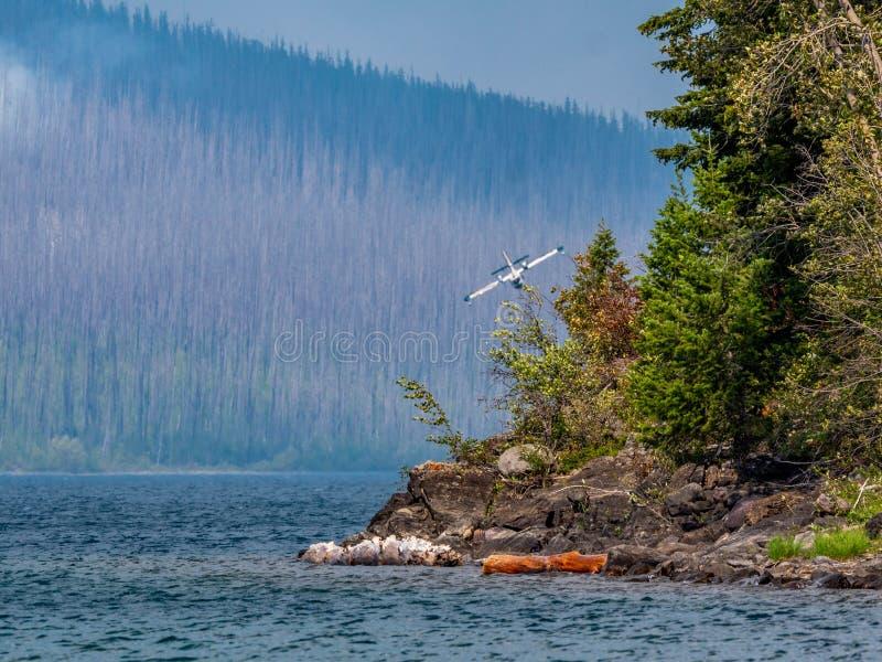 Banche eccellenti canadesi di uno Scooper che si preparano alla goccia sul lago per riempire i carri armati fotografia stock libera da diritti