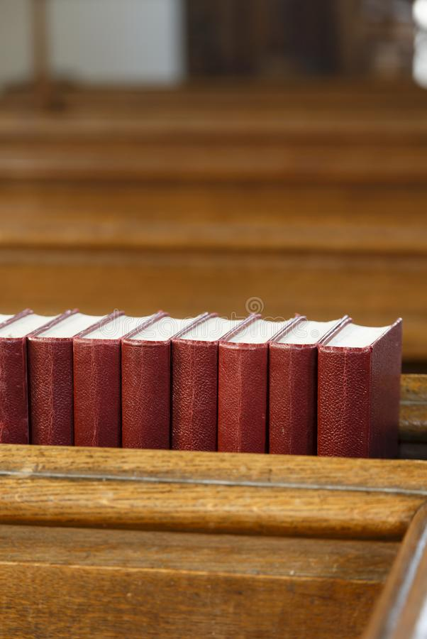 Banchi di chiesa della chiesa e libri di preghiera fotografia stock