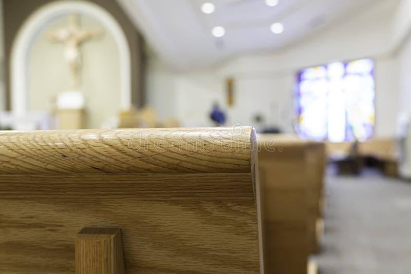 Banchi di chiesa della chiesa in chiesa per i servizi religiosi cristiani immagini stock libere da diritti