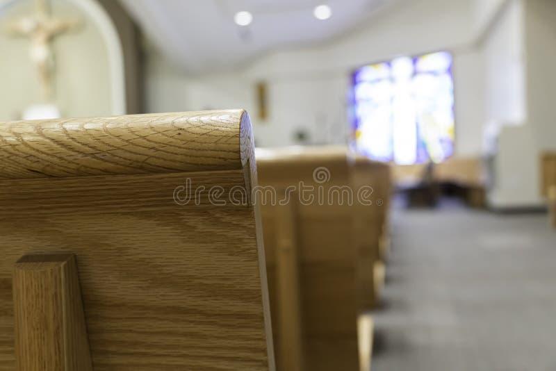 Banchi di chiesa della chiesa in chiesa per i servizi religiosi cristiani fotografia stock libera da diritti