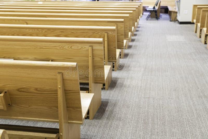 Banchi di chiesa della chiesa in chiesa per i servizi religiosi cristiani fotografie stock libere da diritti