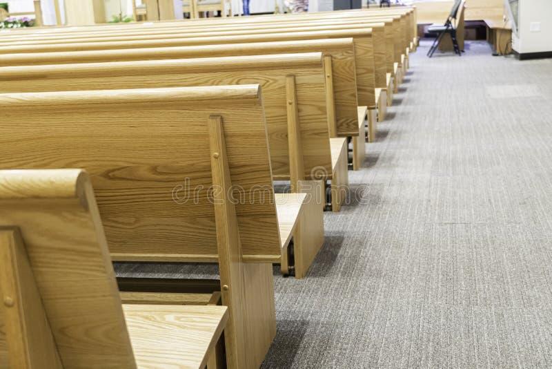 Banchi di chiesa della chiesa in chiesa per i servizi religiosi cristiani immagine stock